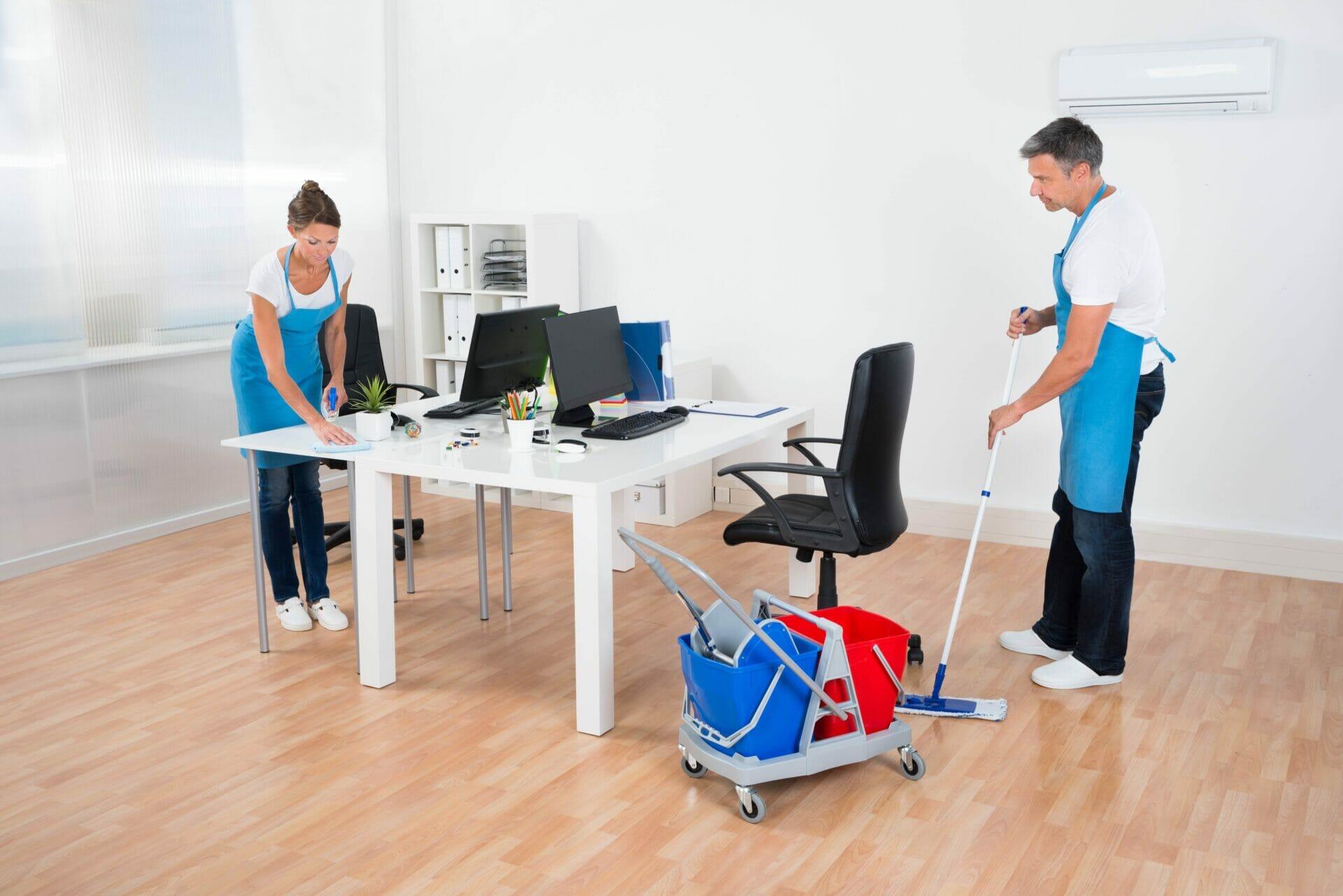 Gebäudereiniger mit Equipment reinigen ein Büro