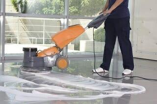Bodenreinigung durch Fachpersonal eines Gebäudeservices