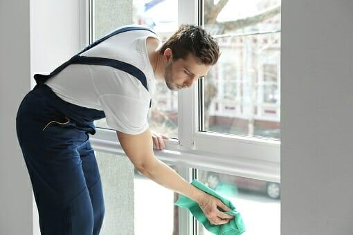 professionelle Fensterreinigung durch einen Gebäudeservice