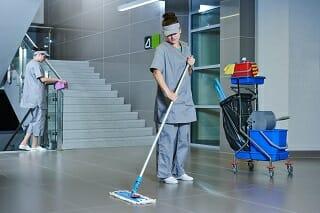 Industriereinigung durch zwei Reinigungsmittarbeiter